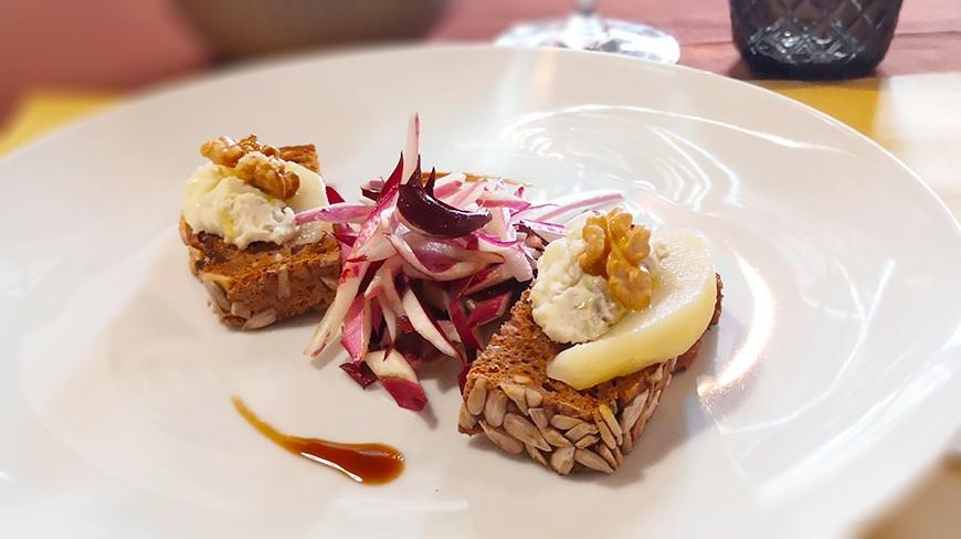 Bruschetta al gorgonzola e Noci d'Oro